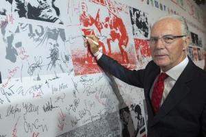 """Franz Beckenbauer, una leyenda del fútbol alemán y antiguo integrante del comité ejecutivo de la FIFA, fue suspendido temporalmente el viernes de toda actividad relacionada con el fútbol debido a una """"aparente violación"""" de ética, dijo el viernes el organismo. Imagen de archivo de Beckenbauer firmando el muro de la fama en una gala por el 50 aniversario de la fundación de la Bundesliga en Berlín en agosto de 2013. REUTERS"""