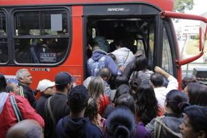 Personas se aglomeran para subir a un autobús afuera de la estación de metro Arthur Alvim durante una huelga del metro de Sao Paulo, Brasil, el jueves 5 de junio de 2014. La ciudad donde tendrá lugar el partido inaugural de la Copa del Mundo la semana que viene enfrentaba el jueves un panorama caótico por una huelga en los trenes subterráneos y en parte del transporte terrestre. (AP Foto