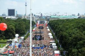 Miles de aficionados al fútbol se congregaron en los alrededores de la puerta de Brandenburgo en Berlín el martes 15 de julio de 2014 para dar la bienvenida a la selección alemana que se coronó en el Mundial de Brasil. (Foto de AP