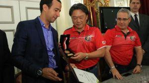 El alcalde de Santos, Paulo Andrade Barbosa (izq), entrega al presidente de la Asociación de Futból de Costa Rica, Eduardo Lee (2 izq) /EFE
