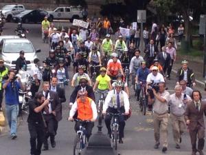 El Secretario General de la ONU, Ban Ki Moon se montó en bicicleta en medio de protestas por el conflicto en Gaza