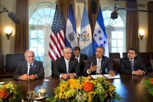 De izquierda a derecha, el presidente de El Salvador, Salvador Sánchez Cerén: el de Guatemala, Otto Pérez Molina; el de Estados Unidos, Barack Obama, y el de Honduras, Juan Hernández, discuten la migración centroamericana y la crisis en la frontera, en la Casa Blanca, Washington, viernes 25 de julio de 2014. (AP Foto