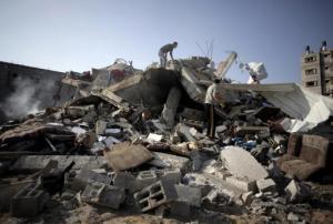 Palestinos examinan los daños causados a una casa por un ataque aéreo israelí el sábado, 23 de agosto del 2014, en la Ciudad de Gaza. (Foto AP/