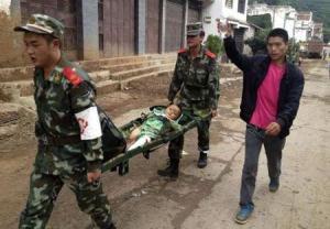 Policías paramilitares transportan en una camilla a un niño herido en el poblado de Longtoushan después de que un sismo sacudiera el sudoeste de China el 3 de agosto de 2014. El movimiento telúrico de magnitud 6,3 dejó un saldo de 26 muertos e hizo que algunos edificios se derrumbaran, incluyendo una escuela. REUTERS