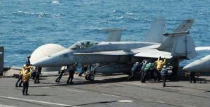 """Cazas estadounidenses bombardearon el viernes a combatientes islamistas que avanzaban hacia la capital del Kurdistán iraquí después de que el presidente estadounidense, Barack Obama, dijera que Washington debía actuar para evitar un """"genocidio"""". En la imagen del 8 de agosto, unos marineros estadounidenses guían un caza F/A-18C Hornet en la cubierta del portaaviones USS George H.W. Bush (CVN 77) en el golfo Pérsico. REUTERS"""