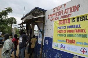 En la imagen, soldados de Liberia revisan a personas que viajan en Bomi. 11 de agosto, 2014. Las personas infectadas por el brote de ébola en África Occidental pueden acceder a medicamentos