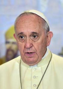 Tres familiares del papa Francisco murieron cuando el vehículo en el que viajaban chocó contra un camión en la provincia argentina de Córdoba, dijeron el martes varios medios locales. En la imagen, el pontífice durante un encuentro con líderes religiosos en la catedral de Seúl el 18 de agosto de 2014. REUTERS