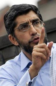 El asesor del Consejo Musulmán de Gran Bretaña Sir Iqbal Sacranie en una rueda de prensa a las afueras de una mezquita en Leeds, Inglaterra, jul 15 2005. Un destacado líder musulmán de Reino Unido llamó el jueves a la acción para combatir la subcultura de la yihad después del video del Estado Islámico que mostró a un supuesto británico decapitando a James Foley, un periodista estadounidense tomado de rehén en Siria. REUTERS