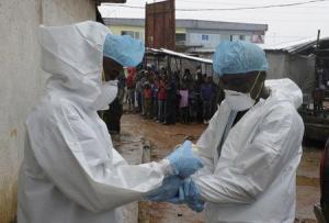 La Organización Mundial de la Salud (OMS) envió suministros y equipos para el personal médico de República Democrática del Congo, donde las autoridades confirmaron dos casos de ébola en un área remota. Dos empleados sanitarios se protegen antes de llevar un cadáver abandonado con síntomas de padecer ébola en el mercado Duwala de Monrovia, capital de Liberia, en esta imagen del 17 de agosto. REUTERS
