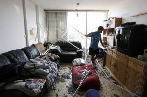 Israel aceptó la propuesta de Egipto para un alto el fuego en Gaza, dijo el martes un alto cargo israelí. Un israelí comprueba los daños a su vivienda, alcanzada por un cohete disparado desde Gaza en la ciudad de Ashkelon, en la costa israelí, el 26 de agosto. REUTERS