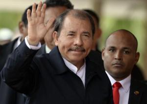 El presidente de Nicaragua, Daniel Ortega, saludo a la prensa durante su arribo a la Cumbre PetroCaribe, el 5 de mato de 2013 en Caracas. (AFP