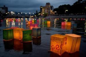 Linternas de papel flotan en el río Motoyasu, frente al monumento por la Bomba Atómica en el parque Memorial de la Paz, en Hiroshima el 6 de agosto de 2014, cuando el país celebraba el 69º aniversario del primer ataque atómico en el mundo (AFP