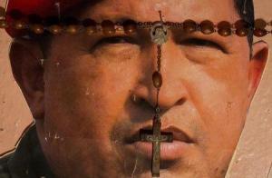 Imagen de una pintura de Hugo Chávez visto en un altar religioso en Caracas. Enero, 2013. La Iglesia Católica de Venezuela rechazó la versión modificada de la oración del Padre Nuestro lanzada a principios de semana por simpatizantes del fallecido líder socialista Hugo Chávez y pidió al Gobierno evitar su difusión. REUTERS