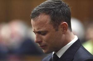Una juez sudafricana absolvió el jueves a Oscar Pistorius de asesinato premeditado, y dijo que los fiscales no habían podido demostrar que la estrella del atletismo olímpico y paralímpico intentó explícitamente matar a su novia el Día de San Valentín del año pasado. En la imagen, Pistorius reacciona durante su juicio en un tribunal de Pretoria, el 11 de septiembre de 2014. REUTERS/