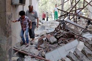 Residentes caminan sobre ruinas producto de un ataque en la ciudad de Aleppo, 18 septiembre, 2014. Combatientes del Estado Islámico rodearon el jueves una ciudad kurda en el norte de Siria, cerca de la frontera con Turquía, después de tomar 21 pueblos en un amplio ataque que llevó a un jefe militar kurdo a pedir ayuda en la región. REUTERS