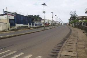 Una calle vacía en el primer día de confinamiento en Freetown, sep 19 2014. Sierra Leona comenzó el viernes un periodo de tres días de confinamiento en un esfuerzo por detener la propagación del virus del ébola, y el presidente Ernest Koroma instó a los residentes a acatar las medidas de emergencia. REUTERS/