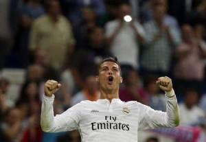 En la imagen, el jugador del Real Madrid, Cristiano Ronaldo, celebra tras anotar un gol durante un partido de primera division en el estadio Santiago Bernabeu , en Madrid. 23 septiembre, 2014. Real Madrid se puso el sábado a un punto del Valencia, Barcelona y Sevilla, que comparten el liderato de la liga española de fútbol, tras ganar como visitante a Villarreal por 2-0 con una anotación de Cristiano Ronaldo, quien llegó a 10 tantos para mantenerse como el máximo goleador de la temporada. REUTERS