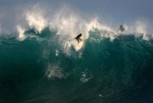 Surfistas de una playa de California aprovechan el 5 de setiembre las olas formadas por la influencia del huracán Norbert que acota la costa pacífica de México (AFP