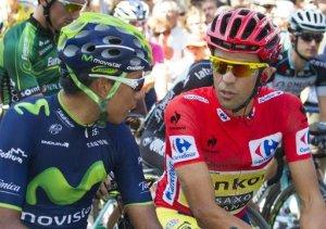 El ciclista español Alberto Contador (dcha), hablando con su rival colombiano Nairo Quintana antes de la undécima etapa de la Vuelta a España, entre Pamplona y Santuario de San Miguel de Aralar, el 3 de septiembre de 2014 (AFP |