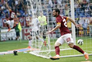 Mattia Destro, de la Roma, festeja tras anotar durante el triunfo de 2-0 sobre el Cagliari en el Estadio Olímpico de Roma, el domingo 21 de septiembre de 2014. (Foto AP