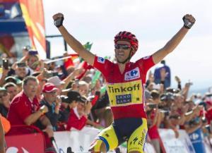 El ciclista español del equipo Tinkoff, Alberto Contador, celebra su triunfo en la 20ª etapa de la Vuelta a España, el 13 de septiembre de 2014, en el Puerto de Ancares (AFP