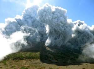 Fotografía tomada por un montañista no identificado y divulgada por Kyodo News, de nubes densas de ceniza emergiendo del cráter del Monte Ontake, en Japón, el sábado 27 de septiembre de 2014. (Foto AP