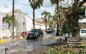 Varios autos tratan de circular el 15 de octubre de 2014 por las calles de Marigot, en la caribeña isla francesa Saint Martin, tras el paso del huracán Gonzalo (LE PELICAN/AFP