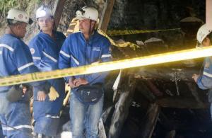 Equipos de rescate esperan en la entrada de una mina de carbón luego de un accidente ocurrido en Angelópolis, departamento de Antioquia, Colombia, el 8 de marzo de 2012 (AFP/