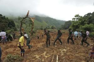 Soldados ayudan en las operaciones de rescate en el sitio donde ocurrió un fatal deslizamiento de tierra, en Koslanda, Sri Lanka, el jueves 30 de octubre de 2014. (Foto AP