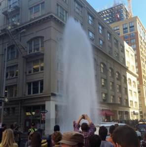 Esta fotografía suministrada por VITAL environments muestra un chorro de agua que alcanza una altura de cuatro pisos que se creó después que un camión golpeara un hidrante en la esquina de Bishop y New Montgomery, en San Francisco. (Foto AP