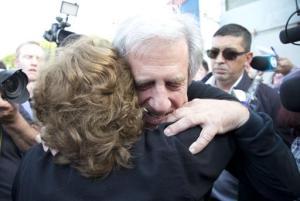 El candidato presidencial del gobernante Frente Amplio, Tabaré Vázquez, abraza a una partidaria luego de votar en las elecciones generales en Montevideo, Uruguay, domingo 26 de octubre de 2014. (AP Foto