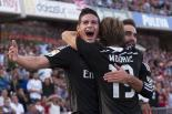 El jugador colombiano de Real Madrid, James Rodríguez, izquierda, festeja tras marcar un gol contra Granada en la liga española el sábado, 1 de noviembre de 2014, en Granada, España. (AP Photo