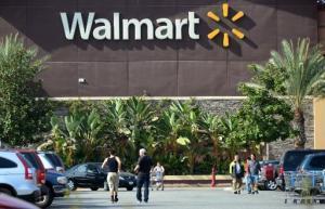 Personas afuera del supermercado Walmart en Rosemead, California el 30 de diciembre de 2014 (AFP