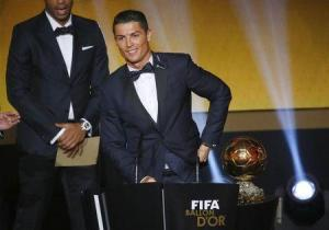 Reuters/Reuters - Cristiano Ronaldo del Real Madrid realiza un discurso luego de ganar el Balón de Oro en Zurich, 12 enero, 2015. El portugués Cristiano Ronaldo ganó el lunes el Balón de Oro al Mejor Jugador del Año por tercera vez en su carrera y por segundo año consecutivo. El atacante del Real Madrid, que ya había conquistado el preciado trofeo en 2008 y 2013, superó en la votación al delantero argentino Lionel Messi y al arquero alemán Manuel Neuer. REUTERS/