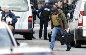 Investigadores de la policía belga llegan a una redada en el centro de Verviers, en el este de Bélgica, ene 16, 2015. La policía belga mantiene bajo custodia a 13 sospechosos detenidos el jueves durante una decena de redadas en todo el país contra un grupo islamista, mientras que otras dos personas investigadas están detenidas en Francia, dijeron fiscales estatales. REUTERS/