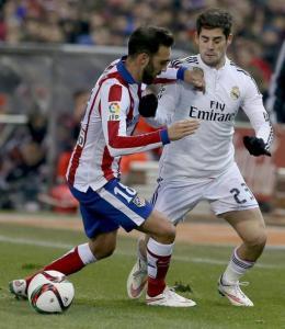 El centrocampista del Real Madrid Madrid Isco Alarcón (d) disputa el balón con el defensa del Atlético de Madrid Jesús Gámez (i), durante el partido de ida de los octavos de final de la Copa del Rey que se juega esta noche en el estadio Vicente Calderón, en Madrid. EFE