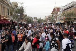 Una multitud se traslada después de observar un desfle en Disneyland, el jueves 22 de enero de 2015, en Anaheim, California. Una epidemia de sarampión que se originó en Disneyland ha aumentado a 87 casos hasta el lunes 26 de enero. (Foto AP/