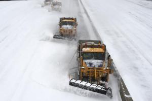Las barrenieves tratan de despejar la carretera Long Island Expressway el 27 de enero del 2015 a la altura del pueblo de Melville. (AP Foto/Kathy Kmonicek)(AP
