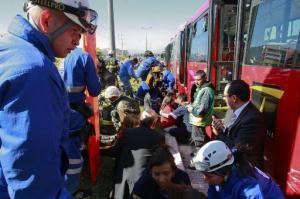 Paramédicos asisten a los pasajeros heridos en un accidente de tránsito protagonizado por un autobús en Bogotá, el 30 de septiembre de 2011 (EL TIEMPO/