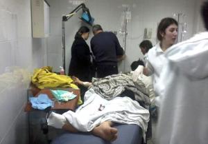 Un hombre herido en un atentado suicida en una cafetería en Trípoli espera atención médica en un hospital en esta ciudad en el norte de Líbano, el sábado 10 de enero de 2015. Un atacante detonó sus explosivos y mató a siete personas. El Frente Nusra, un grupo sirio vinculado con al-Qaida se responsabilizó del ataque en un mensaje en Twitter. (Foto AP