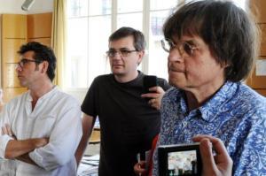 Fotografía tomada en agosto de 2011 de los caricaturistas franceses Tignous (I), Charb (c) y Cabu durante una reunión editorial de la revista Charlie Hebdo. Los tres artistas fueron asesinados en un ataque producido este 7 de enero de 2015 por hombres armados en la sede de ese magazín. (AFP