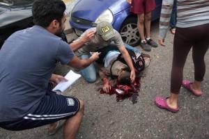 La gente asiste a un joven herido durante una protesta contra el gobierno de Nicolás Maduro en San Cristóbal, Venezuela, el martes 24 de febrero de 2015. El joven de 14 años identificado como Kluiverth Roa, según el concejal de esa localidad José Vicente García, recibió un disparo en la cabeza durante enfrentamientos entre los manifestantes y la policía, que intentaba dispersarlos. Murió camino al hospital. (Foto AP)