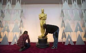 Trabajadores en el Teatro Dolby de Los Angeles colocan una estatua dorada del Oscar en los preparativos para la ceremonia de la Academia. Febrero 22, 2015. REUTERS