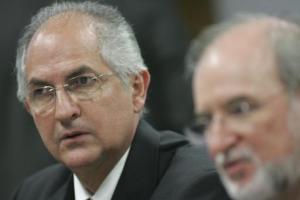 En esta foto del 27 de octubre de 2009, el alcalde de Caracas, Antonio Ledezma, izquierda, participa en una sesiópn del senado en Brasilia, Brasil. Dirigentes opositores venezolanos informaron que Ledezma fue arrestado en Caracas, el jueves 19 de febrero de 2015, sin confirmación oficial inmediata. (AP Photo/