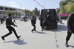 Miembros de las fuerzas de Seguridad tunecinas, toman posiciones en las proximidades del Parlamento en Túnez, hoy, 18 de marzo de 2015. Al menos ocho personas, un tunecino y siete turistas extranjeros, han muerto hoy en un intento de asalto al Parlamento de Túnez. Los asaltantes salieron de la mezquita que hay a medio camino entre el edificio de la Asamblea y el museo del Bardo y dispararon a un autobús de turistas antes de tomar una serie de rehenes y atrincherarse en una estancia del Parlamento que comparte muro con el museo. EFE
