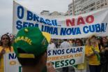 Decenas de miles de personas vestidas de verde y amarillo, los colores de la bandera de Brasil, protestan contra la presidenta Dilma Rousseff en la playa de Copacabana, Rio de Janeiro, el 15 de marzo de 2015. (AFP